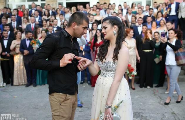 (FOTO) NAJROMANTICNIJA MATURA U BILECI Maturant zaprosio devojku pred celom skolom