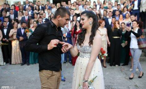 (FOTO) NAJROMANTIČNIJA MATURA U BILEĆI: Maturant zaprosio devojku pred celom školom