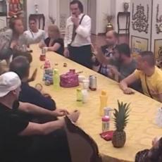 OPET FLAŠOM DIREKT U GLAVU! Podivljala Ksenija gađala Lakića, Parovi je držali da ne napravi LOM! (VIDEO)