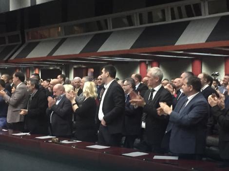 SEDNICA GLAVNOG ODBORA SNS Vučić dočekan ovacijama, prihvatio kandidaturu: Ne dam im Srbiju, nisu je zaslužili!