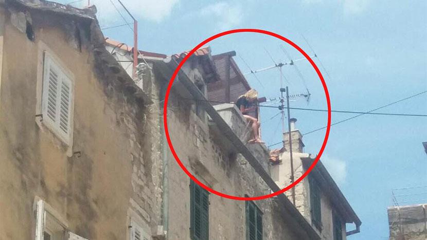 Splićani u šoku: Devojka se popela na krov zgrade, i dok su se prolaznici hvatali za glavu, ona je jednostavno sela (FOTO)