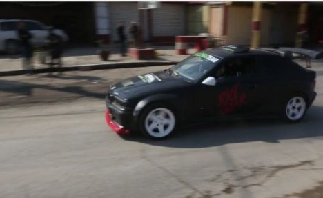 (VIDEO) PAKLENE ULICE MOSULA: Ovi vozači se ne plaše ni islamista
