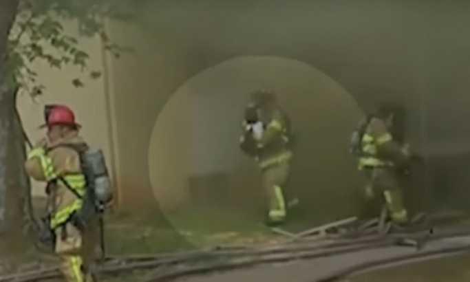 VIDEO: Vatrogasac uhvatio bebu bačenu iz zapaljene zgrade