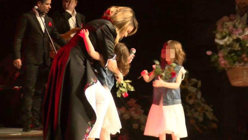 ŽIVOTI MOJI MILI: Unuke iznenadile Nedu Ukraden na koncertu, pevačica umalo zaplakala na sceni (FOTO) (VIDEO)