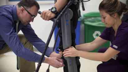 Bivša akrobatkinja prohodala uz pomoć egzoskeleta