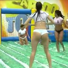 DA TI PAMET STANE: Brazilke u gaćicama igraju mokri, klizavi fudbal! (VIDEO)
