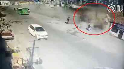 DIVLJAK: Kamionom pokosio kuće kao da ih nikad nije ni bilo, ubio četiri osobe! (VIDEO)