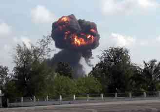 DRAMA: Srušio se avion pred decom, pilot poginuo na licu mesta (VIDEO)