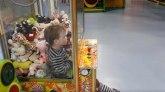 Dečak zarobljen u aparatu sa igračkama