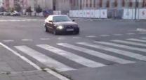 """FILMSKA JURNJAVA: Procureo snimak divljanja """"novosadskog fantoma"""" na ulicama usred bela dana! (VIDEO)"""
