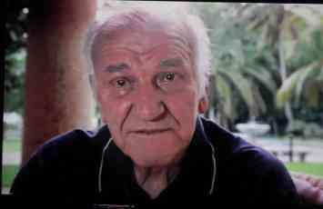 (FOTO) LEGENDA SE NE ZABORAVLJA Dirljiva posveta Bati Zivojinovicu ispred stana u kojem je nekad ziveo1