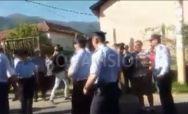 NE DAJU SRBIMA U SUVU REKU Albanci na juriš hoće da probiju kordon policije u Mušutištu!