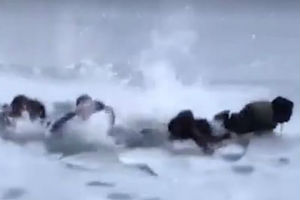 Hteli selfi na zaleđenom jezeru, propali kroz led / VIDEO