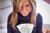 Jadna Dženifer Aniston u privatnom avionu s gomilom love u ruci...