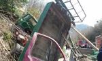 KAMION NATOVAREN PESKOM SURVAO SE NA KAMIONET: Vozač poginuo, suvozač teško povređen