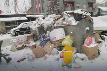Kontejneri u Loznici prepuni smeća zbog leda