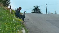 NAJUPORNIJI INTERNET SURFER U SRBIJI: Sedi na ivičnjaku magistralnog puta, na vrh brda, i surfuje satima! (FOTO)