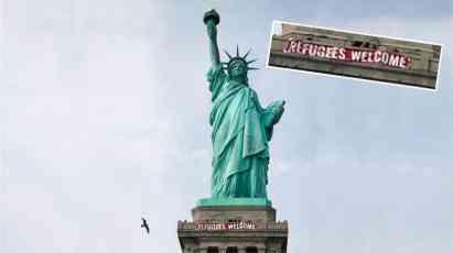 """Na Kip slobode postavljen transparent """"Izbeglice su dobrodošle"""" (FOTO)"""