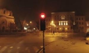 Najoriginalniji semafor u Srbiji: Evo zašto se si zadržavaju na prelazu! (VIDEO)