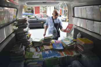 Prodavci udžbenika čekaju fiskalne kase, ali i mušterije - slaba prodaja na Trgu Nikole Pašića