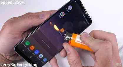 Uzeo je upaljač i britvu i počeo da uništava Samsung Galaxy S8: Međutim, ovo niko nije očekivao da će se desiti (VIDEO)