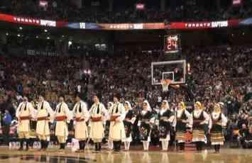 (VIDEO) SRPSKO KOLO ZALUDELO AMERE Spektakl na poluvremenu NBA utakmice