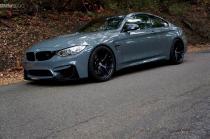 BMW M4 obojen u Grigio Medio boju izgleda odlično sa M Performance delovima