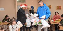 """Borski studenti podelili deci iz """"Mozaika"""" paketiće obezbeđene na humanitarnoj žurci održanoj u koktel baru """"Hollywood"""""""