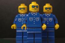 Zašto Lego figure imaju rupe u glavi?