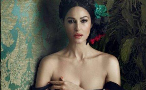 KAD MONIKA BELUČI OBJAVI FOTKU MUŠKARCIMA NIJE DOBRO: Glumica u providnoj haljini a ispod nema ništa