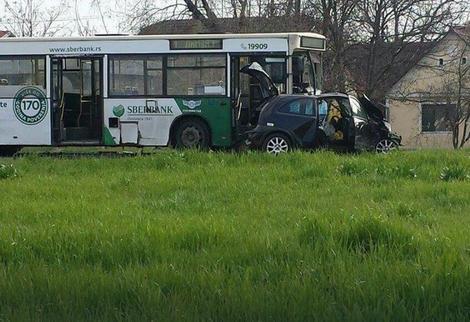 NESREĆA U NOVOM SADU Sudarili se autobus i automobil, povređeno šest osoba