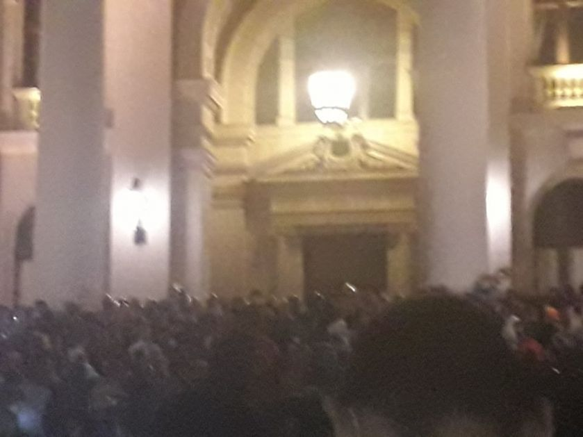 Полиција сузавцем растерује народ испред скупштине (Видео)