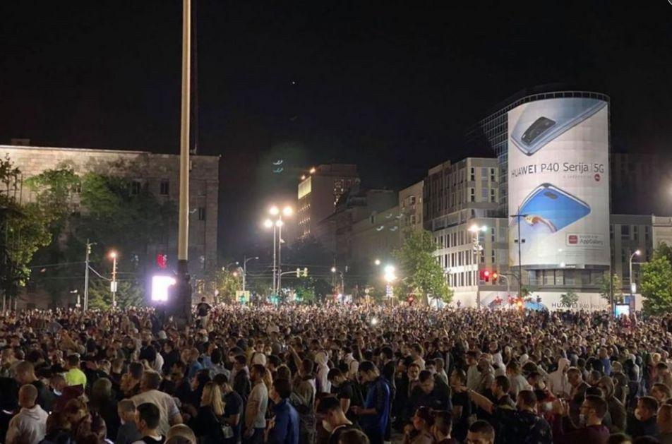 Погледајте како је полиција бацила сузавац на народ окупљен испред НАРОДНЕ СКУПШТИНЕ! (видео)