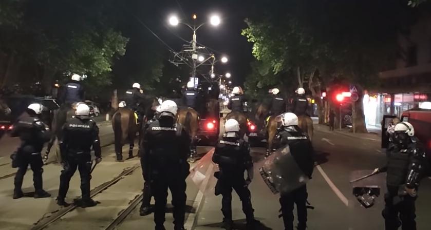 ЈЕЗИВО Полицајац у цивилу коленом легао на врат човеку који дозива помоћ! (ВИДЕО)