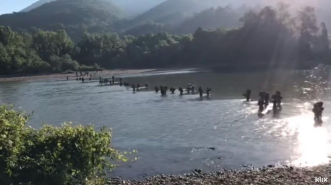 Стотину миграната пешке прелази Дрину (видео)