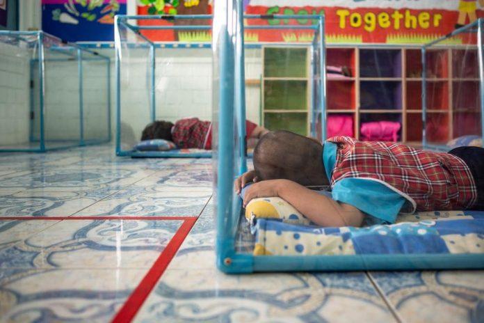 Фотографије ужаса: Школа на Тајланду почела да ради: Деца у стакленим боксовима, спавају у кутијама…