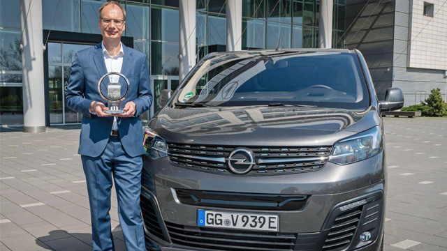 "06.05.2021 ::: Opelov direktor Lohscheller primio je nagradu ""Međunardni Kombi godine"" za novi Opel Vivaro"