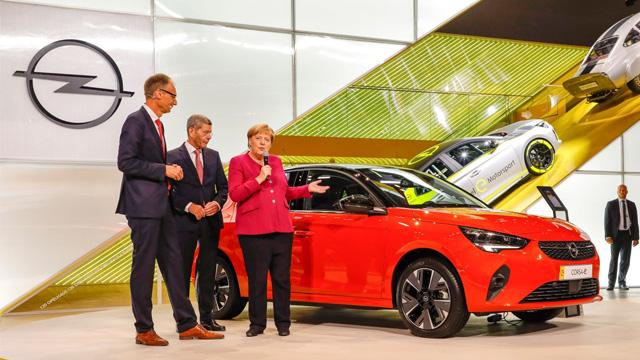 13.09.2019 ::: Kancelarka Angela Merkel posetila štand Opela na Salonu automobila u Frankfurtu