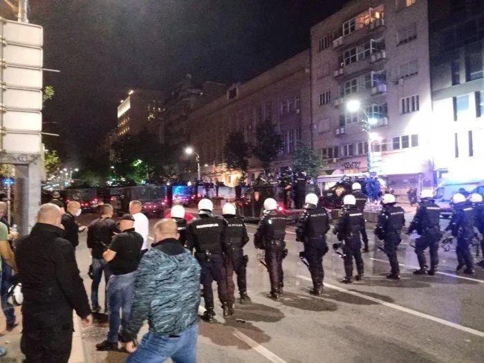 (УЖИВО) Полиција код Вука јуриша с коњицом и 15 џипова, а у Нишу ОДБИЛИ ПОСЛУШНОСТ ПСИХОПАТИ (видео)