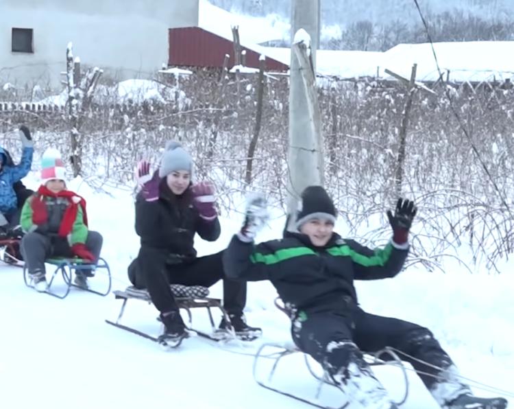 """50 nasmejanih mališana na sankama: """"Kada sledeći put padne sneg, ja ću u 6 ujutru leći na put, samo da ga ne čiste!"""" (FOTO+VIDEO)"""
