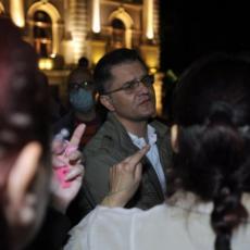 A OD GOSPOĐE SREDNJI PRST: Nakon što su Jeremića izbacili sa protesta, ova fotografija je obeležila dan (FOTO)