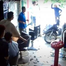 A SAMO JE TREBALO DA GA UPARKIRA... Zakucao se motorom u izlog radnje, pa šokirao frizera i mušterije (VIDEO)