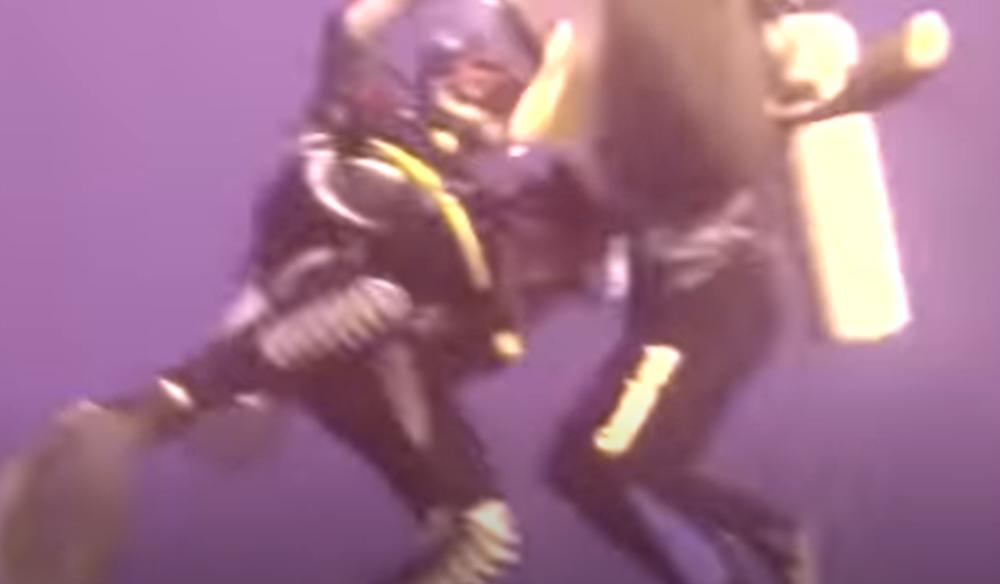 AJKULA NAPALA ŽENU I ZARILA JOJ ZUBE U RAME: Kamera snimila borbu za život, ronilac joj pritekao u pomoć u poslednji čas (VIDEO)
