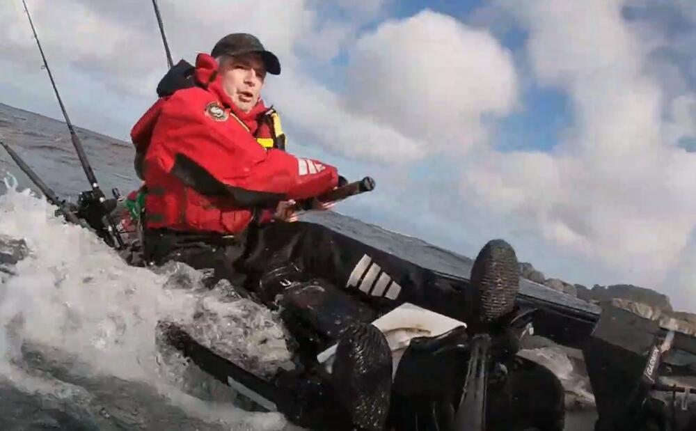 AJKULA PREVRNULA RIBAREV KAJAK I ODVUKLA GA U MORE: Kamera snimila žestok okršaj u moru VIDEO