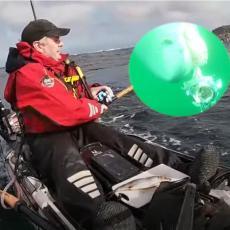 AJKULA PREVRNULA RIBAREV KAJAK: Kamera snimila žestoku borbu u moru (VIDEO)