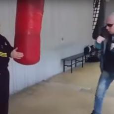 AJOJ, OVO JE BOLELO! Biza demonstrirao snagu - pa POVREDIO trenera! Jesam ti polomio ruku? (VIDEO)