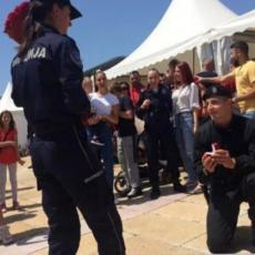 AKCIJA SAJ-a USPEŠNO ZAVRŠENA: Pala prosidba na proslavi Dana policije, a lepa Sanja je rekla DA! (FOTO)