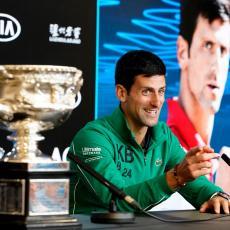 AMERI SU NAJVEĆI LICEMERI: Pljuvali su Novaka, a sada su spremi da ga MOLE na kolenima  (FOTO)