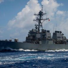 AMERIČKI TOPOVI GRMELI PERSIJSKIM ZALIVOM: Hici upozorenja vojnog broda SAD na plovila Iranske garde