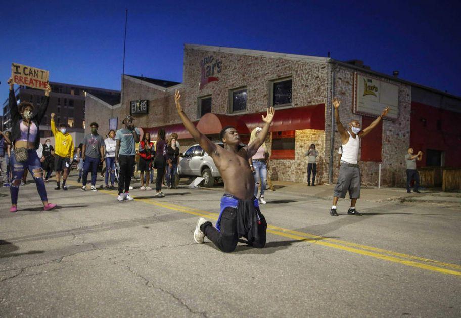 AMERIKA NA NOGAMA ZBOG KRVNIČKOG UBISTVA AFROAMERIKANCA: Policijski čas u Mineapolisu, Garda na ulicama (VIDEO)